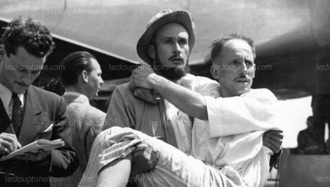 Lionel Terray desciende del avión en el aeropuerto de Orly con Louis Lachenal en brazos (julio 1950)