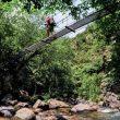Un puente colgante permite atravesar el río