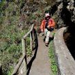 Fuera de los túneles el camino es estrecho pero cómodo y está protegido con barandillas en los tramos más aéreos.
