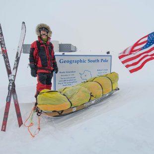 Colin O'Brady en el Polo Sur durante su travesía antártica
