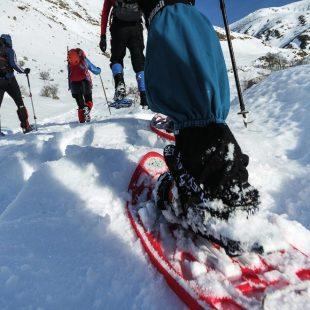 Polainas y botas altas y rígidas, imprescindibles para travesías en las que la nieve hace acto de presencia.