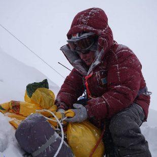 Artem Braun deja un depósito de material a 5.700 m en el K2 invernal