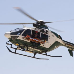 Un helicóptero del Grupo de Rescate de la Guardia Civil evacúa a un herido.  (GREIM)