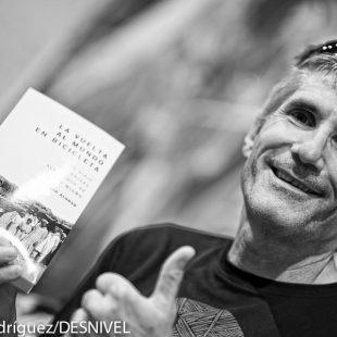 Juanjo Alonso en la presentación en la Librería Desnivel de su libro La vuelta al mundo en bicicleta (julio 2014)  (Darío Rodríguez)