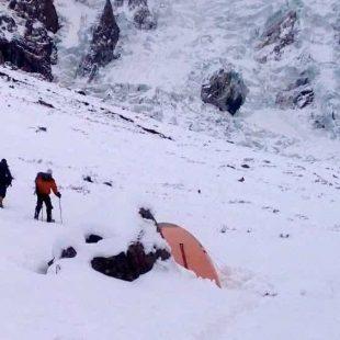 Alex Txikon y sus compañeros regresan tras un intento al campo base del Nanga Parbat (invierno 2015)  (© Alex Txikon)