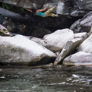 Megan Mascarenas en The riverbed 8B de Magic Wood  (© Eddie Fowke/The Circuit Climbing)