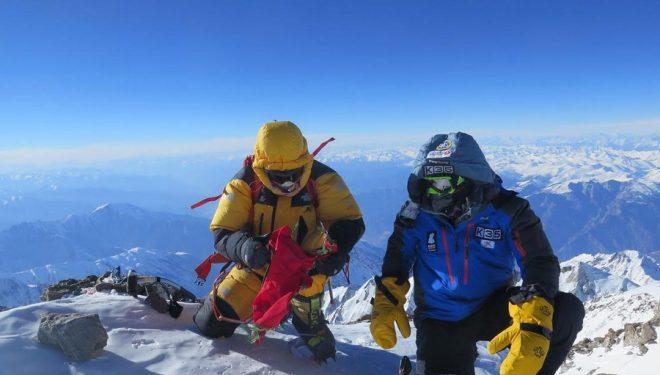 Ali Sadpara (izq.) y Alex Txikon en la cumbre del Nanga Parbat invernal. Febrero 2016  ()