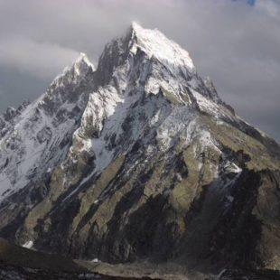 Marakula Killa (en el centro) y Jamess Peak (detrás a su izquierda)