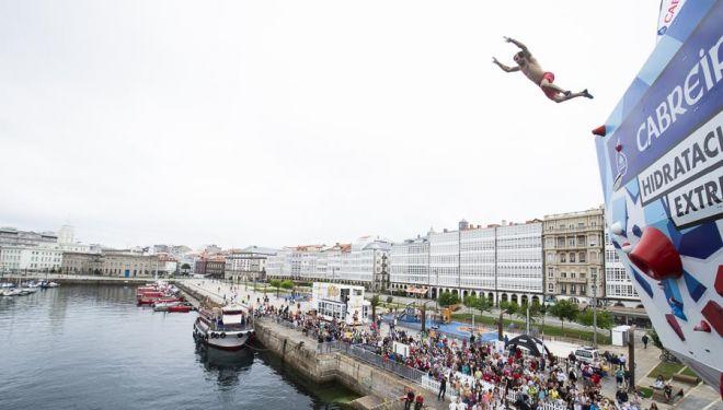 Chris Sharma en el Psicobloc A Coruña 2018 salta al agua tras hacer top en la ruta.