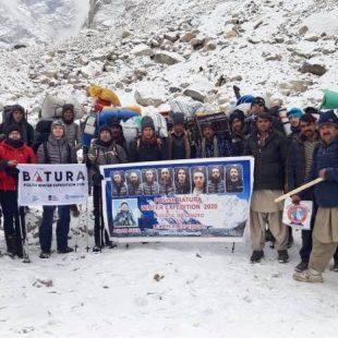 Foto de grupo de la expeedición polaca al llegar al CB del Batura Sar invernal